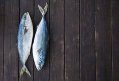 Verse Vissen op Houten Achtergrond Yellowtail Amberjack Royalty-vrije Stock Foto's