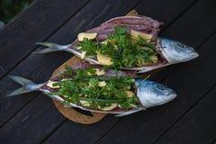 Verse Vissen op Houten Achtergrond Yellowtail Amberjack Stock Afbeelding