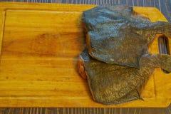 Verse vissen zonder het hoofd met kaviaar stock foto