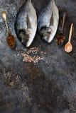 Verse vissendorado op grunge geweven achtergrond Stock Foto's