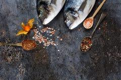 Verse vissendorado op grunge geweven achtergrond Stock Fotografie