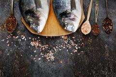 Verse vissendorado op grunge geweven achtergrond Stock Afbeeldingen