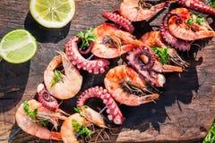Verse vleespennen van zeevruchten met citroen en peterselie in tuin stock fotografie