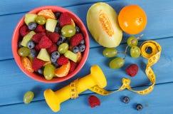 Verse voorbereide fruitsalade en centimeter met domoren, gezond levensstijl en voedingsconcept Stock Fotografie