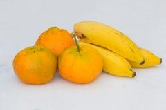 Verse vruchten: bananen en mandarijnen Royalty-vrije Stock Foto's