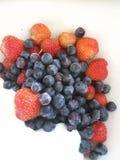 verse vruchten bosbes en aardbei stock afbeeldingen