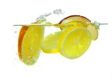Verse vruchten die in het water vallen Stock Foto's