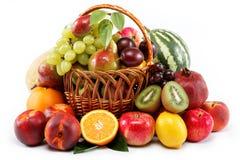 Verse vruchten die op een witte achtergrond worden geïsoleerdn. Royalty-vrije Stock Foto
