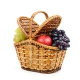 Verse vruchten druiven, appelen in wilgenmand met geïsoleerd deksel royalty-vrije stock foto's