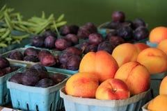 Verse vruchten en groenten bij markt Stock Foto's