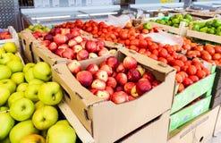 Verse vruchten en groenten klaar voor verkoop in de supermarkt Stock Foto