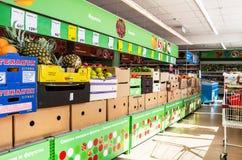 Verse vruchten en groenten klaar voor verkoop in de supermarkt Stock Foto's