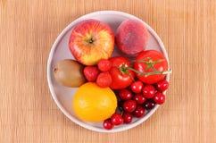 Verse vruchten en groenten op plaat, gezonde voeding Stock Afbeelding
