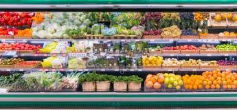 Verse vruchten en groenten op plank in supermarkt royalty-vrije stock afbeeldingen