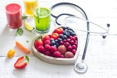 Verse vruchten groenten en hartvorm met het dieetconcept van de stethoscoopgezondheid royalty-vrije stock fotografie