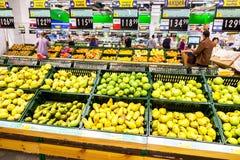 Verse vruchten klaar voor verkoop in supermarkt Lenta Royalty-vrije Stock Foto's