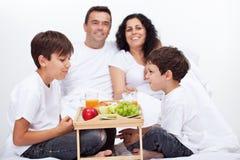Verse vruchten ontbijt voor familie met jonge geitjes Stock Foto's