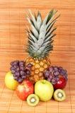 Verse vruchten op bamboemat stock afbeeldingen