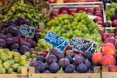 Verse vruchten op een landbouwbedrijfmarkt in Kopenhagen, Denemarken Royalty-vrije Stock Foto's