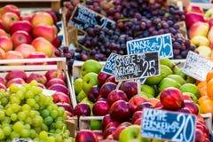Verse vruchten op een landbouwbedrijfmarkt in Kopenhagen, Denemarken stock afbeelding