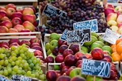 Verse vruchten op een landbouwbedrijfmarkt in Kopenhagen, Denemarken Stock Foto's