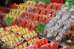 Verse vruchten voor verkoop bij markt stock afbeeldingen