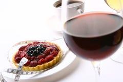 Verse vruchtencake met zwarte koffie royalty-vrije stock foto's