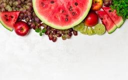 Verse watermeloen en vruchten op witte achtergrond Stock Afbeeldingen