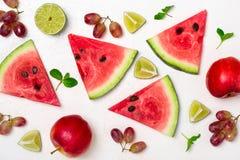 Verse watermeloen en vruchten op witte achtergrond Patroon van wate Stock Foto's