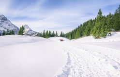 Verse weg door sneeuw in bergen Royalty-vrije Stock Foto's
