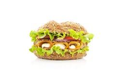Verse wholewheat geïsoleerdeb sandwich. Stock Fotografie