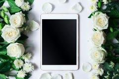 Verse wit nam bloem en tablet op witte achtergrond toe Stock Foto