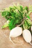 Verse witte radijsbos met groene bladeren op houten achtergrond Stock Foto
