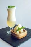 Verse witte smoothie in een glas met gesneden stukken van meloen en munt op wit isoleerde achtergrond De zomer koele dranken Stock Afbeeldingen