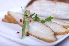 Verse witte vissen met salade stock foto