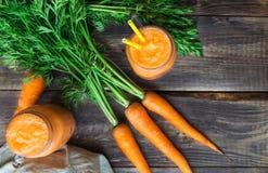 Verse wortel smoothie in kruiken Stock Fotografie