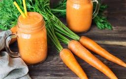 Verse wortel smoothie in kruiken Stock Afbeelding