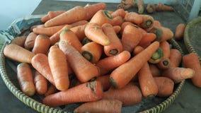 Verse wortelen in de traditionele markt stock foto