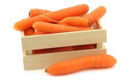 Verse wortelen in een houten doos stock afbeeldingen