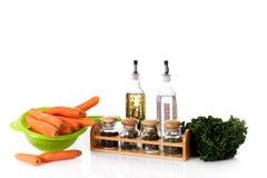 Verse wortelen en kruiden, azijn en olie Royalty-vrije Stock Foto