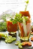 Verse wortelen en selderie in glas met vers wortelsap, dille en peterselie Royalty-vrije Stock Foto