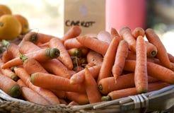 Verse Wortelen Wortelen in de straatmarkt Organische groenten Mand van oranje inlandse wortelen Stock Foto