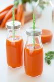 Verse wortelsap en groenten Stock Foto