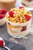 Verse yoghurt met rasberries en koffie in duidelijk glas Frambozen in Witte Kom Gezond Ochtendontbijt stock foto's