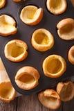 Verse Yorkshire puddingen in de macro van de bakselschotel Verticale hoogste mening Stock Foto