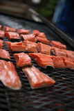 Verse Zalm op de grill Stock Fotografie