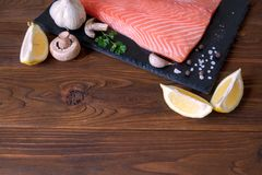Verse zalmfilet met aromatische kruiden, kruiden en groenten royalty-vrije stock foto's
