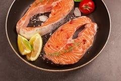 Verse zalmlapje vlees en ingrediënten voor het koken op een grillpan Royalty-vrije Stock Foto's