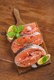 Verse zalmlapje vlees en ingrediënten voor het koken op een grillpan Stock Fotografie