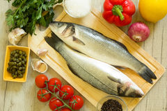 Verse zeebaars met groenten Stock Afbeeldingen